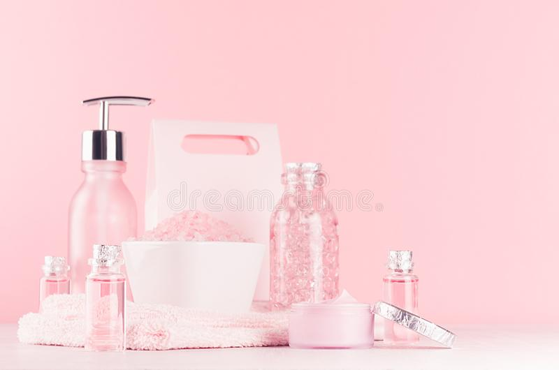 Coiffeuse de fille douce avec des produits de cosmétiques - se sont levés le pétrole, le sel de bain, la crème, le parfum, la ser image stock