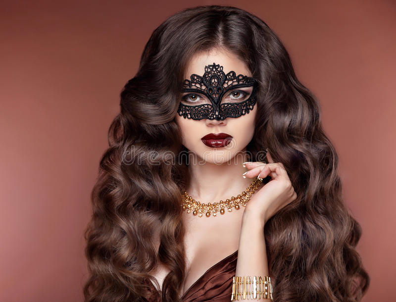 Coiffure élégante Beau modèle de fille de brune Mode d'or photographie stock libre de droits