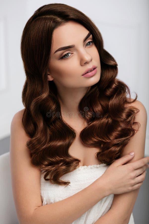 Coiffure bouclée Belle coiffure de With Long Wavy de modèle de femme images libres de droits