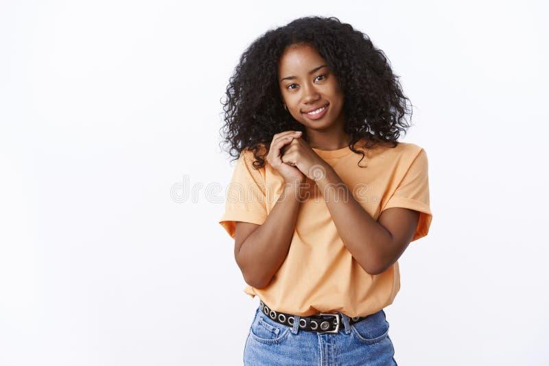 Coiffure bouclée de belle fille féminine tendre d'afro-américain inclinant le sourire sensuel flirty de tête largement presse de  photos libres de droits