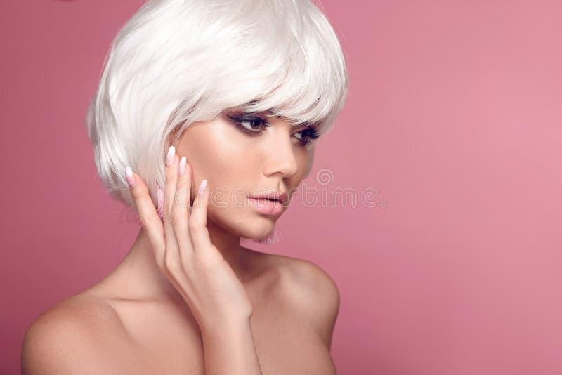 Coiffure courte de plomb blond Maquillage Ongles de manucure d'Ombre Belle femme de coloration de cheveux Coupes de cheveux ? la  images stock