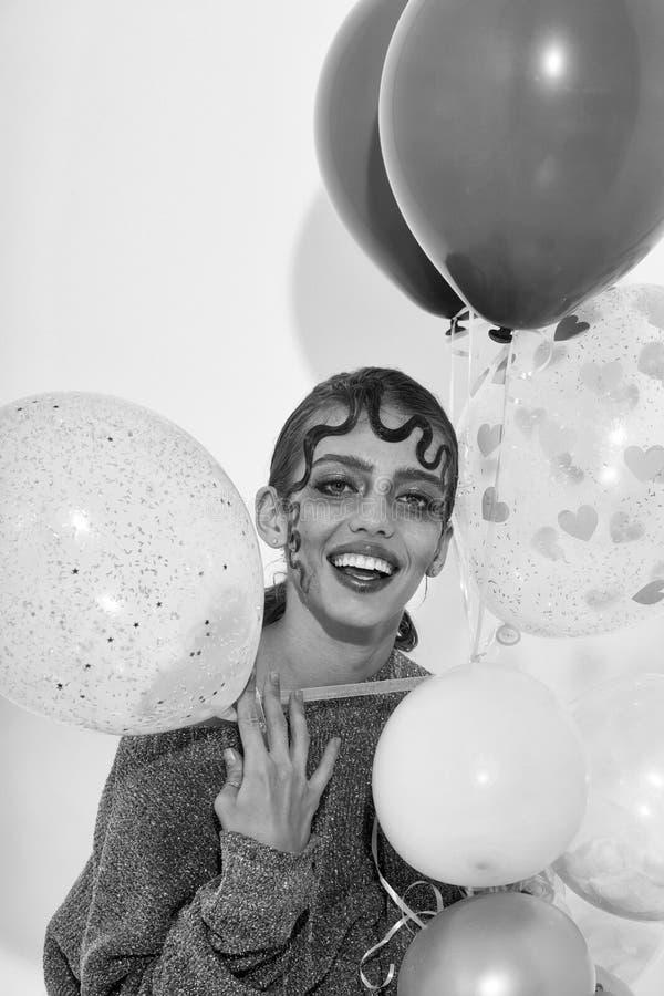 Coiffure créative Jolie fille heureuse avec des ballons de partie images stock