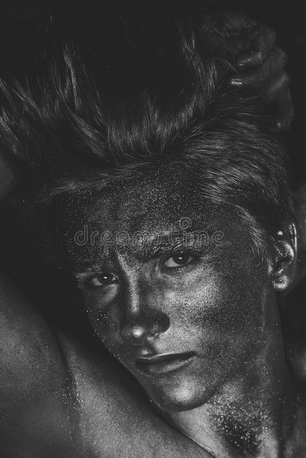 Coiffure d'homme de Glamur Concept de mode et d'art Homme couvert de miroiter la peinture argentée photo stock