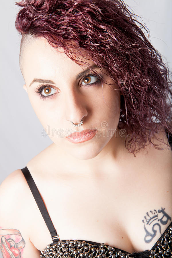 Coiffure de femme, fille tatouée par punk de maquillage photos stock
