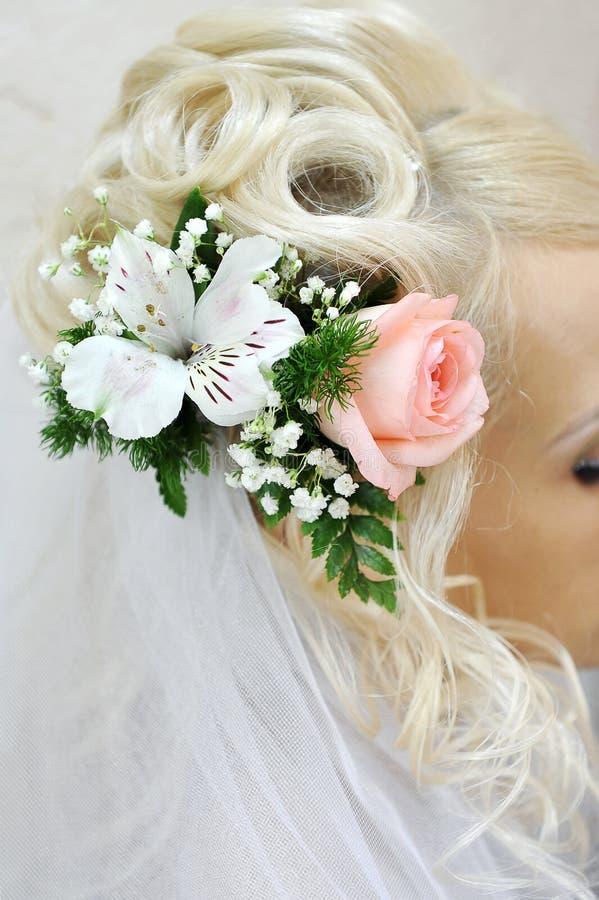 Coiffure de mariage avec des fleurs photos stock