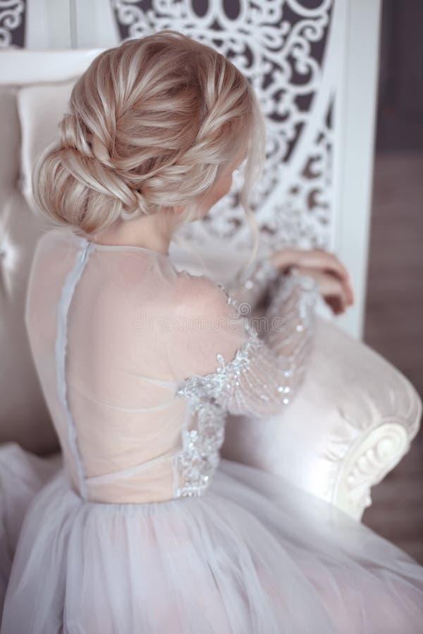 Coiffure de mariage de beauté Jeune mariée Fille blonde avec le styl de cheveux bouclés image stock