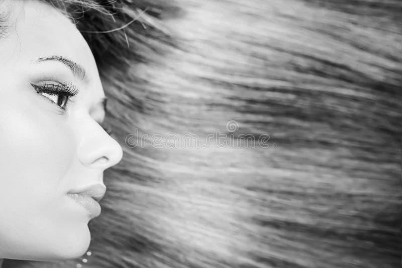 Coiffure de mode Beau femme avec le long cheveu droit images libres de droits