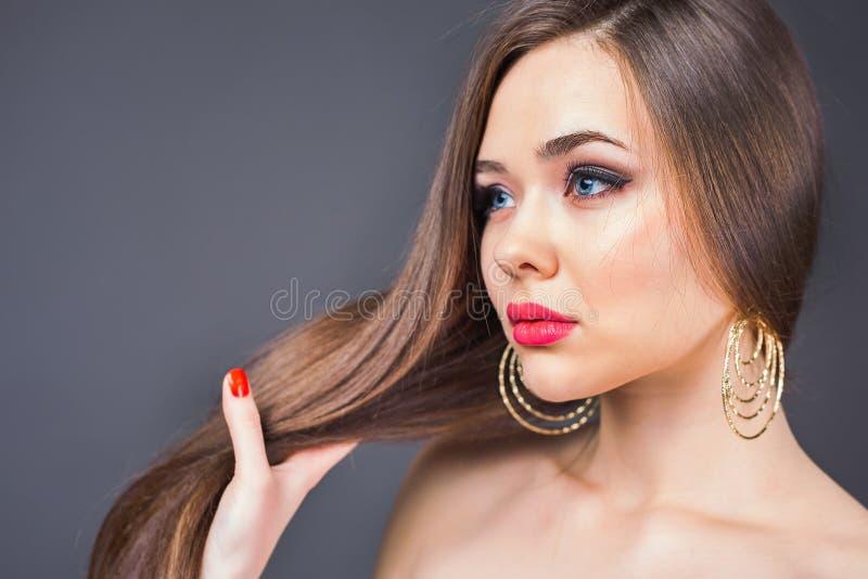 Coiffure de mode Beau femme avec le long cheveu droit image stock