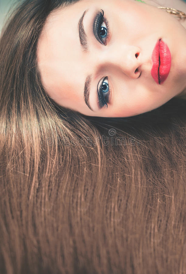 Coiffure de mode Beau femme avec le long cheveu droit photo libre de droits