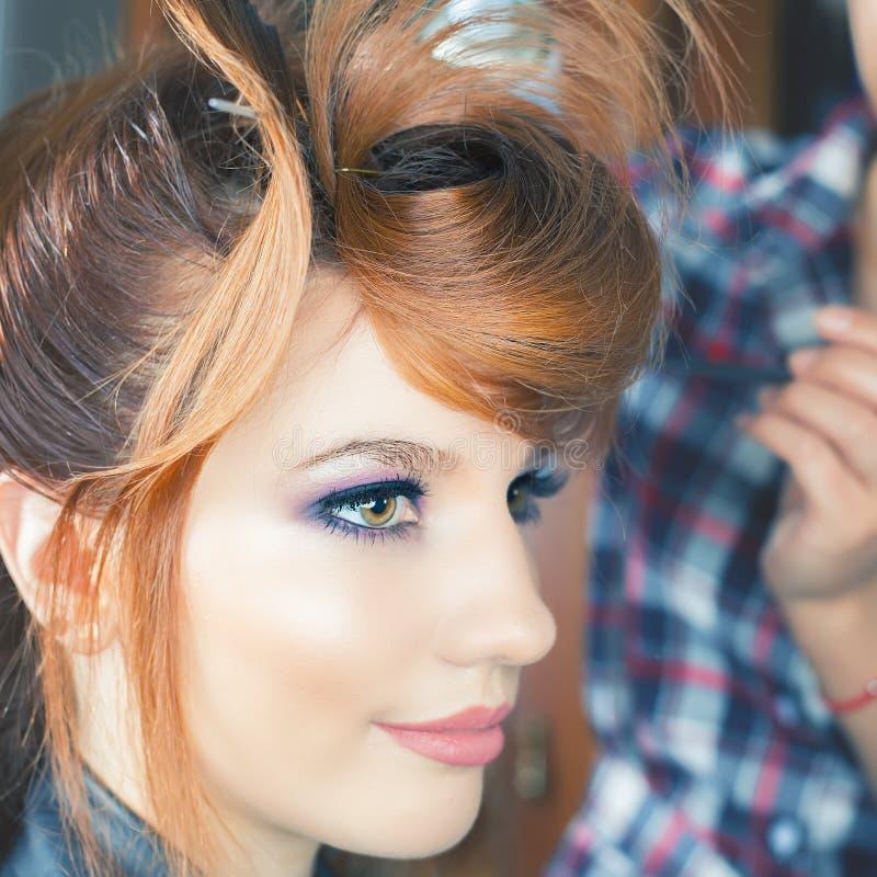 Coiffure de mode la femme avec le bâton Salle de cheveu photo stock