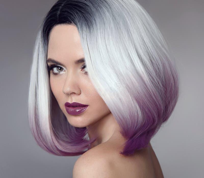 Coiffure de short de plomb d'Ombre Belle femme de coloration de cheveux trendy photos stock