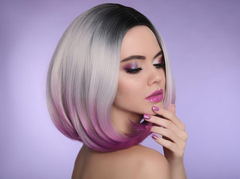 Coiffure de short de plomb d'Ombre Belle femme de coloration de cheveux trendy photographie stock libre de droits