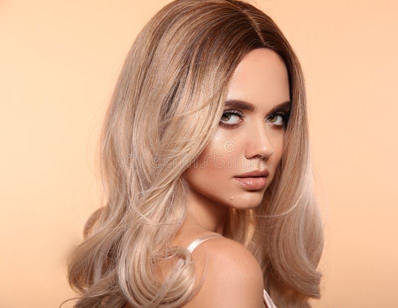Coiffure onduleuse blonde d'Ombre Portrait blond de femme de mode de beauté Beau modèle de fille avec le maquillage, longue pose  photos stock
