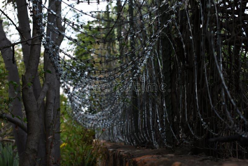 Coiled drutu kolczastego domu perymetru ogrodzenie ochronne zdjęcia stock