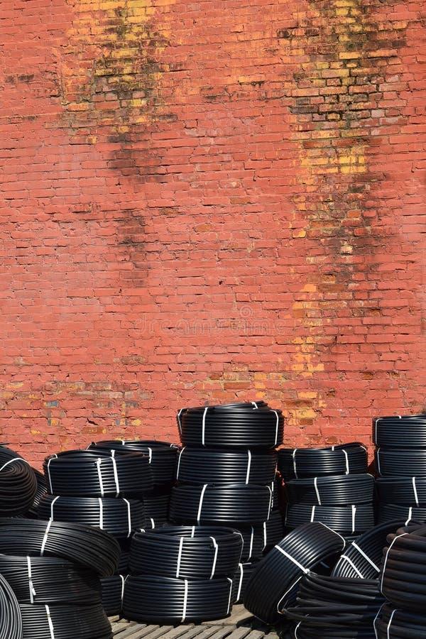 Coiled klingeryt drymby przechować outdoors blisko starego czerwonego ściana z cegieł obraz royalty free