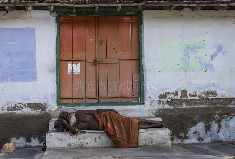 Coimbatore, tamil nadu, India-06-16-2019 Sadhu Baba-slaap op de straat dichtbij de tempel van Perur Shiva stock foto