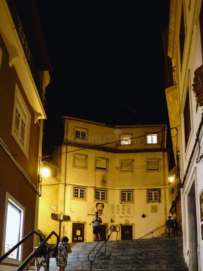 Coimbra, Portugal, 13 Augustus, 2018: De nachtmening van de steeg riep erachter de onderbrekingen van quebrakusten n met vele ste royalty-vrije stock afbeeldingen