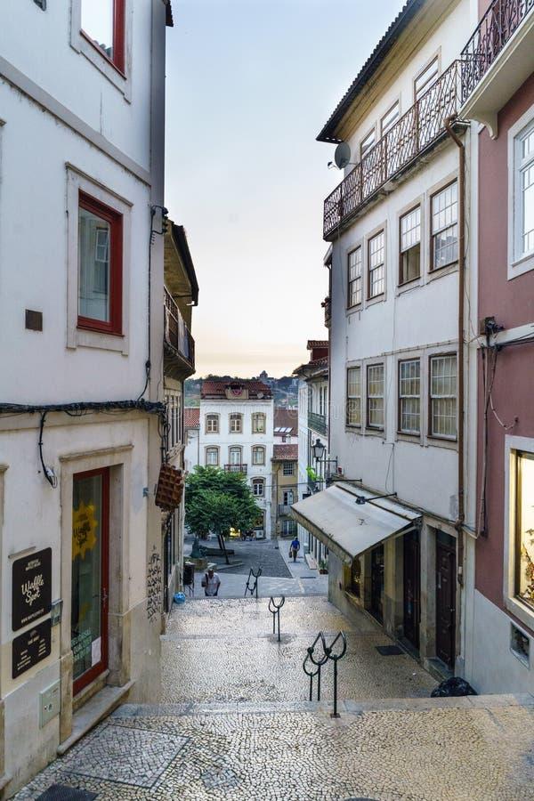 Coimbra, Portugal, 13 Augustus, 2018: De straat riep het faillissementsruggen van quebracostas in het oude deel van de stad met v royalty-vrije stock afbeeldingen