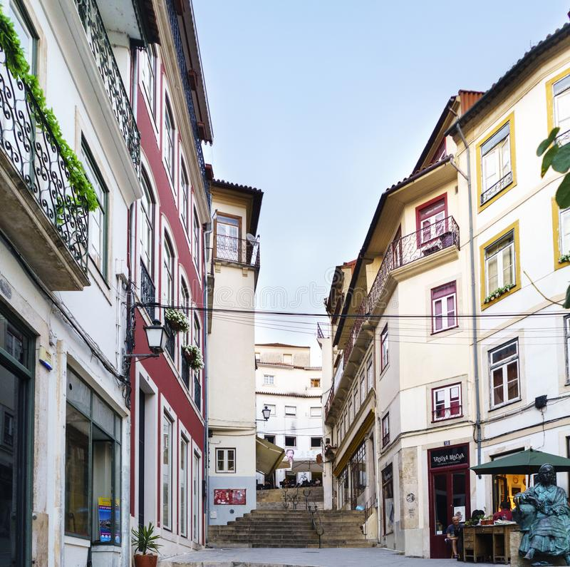 Coimbra, Portugal, 13 Augustus, 2018: De straat riep het faillissementsruggen van quebracostas in het oude deel van de stad met v royalty-vrije stock fotografie