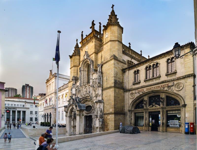 Coimbra, Portugal, 13 Augustus, 2018: De voorgevel van de beroemde Santa Cruz-koffie in het vierkant riep 8 Mei en naast de kerk  stock foto