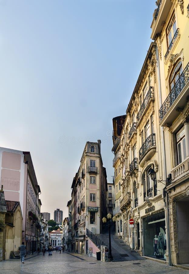 Coimbra, Portugal, 13 Augustus, 2018: Detail van een zeer smalle voorgevel van een huis bij de samenloop van de geroepen straten royalty-vrije stock fotografie