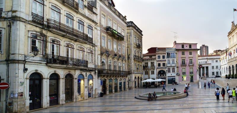 Coimbra, Portugal, 13 Augustus, 2018: Het vierkant riep 8 Mei in het lagere deel van de stad binnen de oude stad, met mensenstrep royalty-vrije stock afbeelding