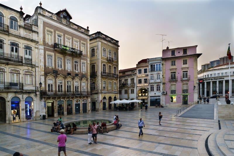 Coimbra, Portugal, 13 Augustus, 2018: Het vierkant riep 8 Mei in het lagere deel van de stad binnen de oude stad, met mensenstrep stock fotografie