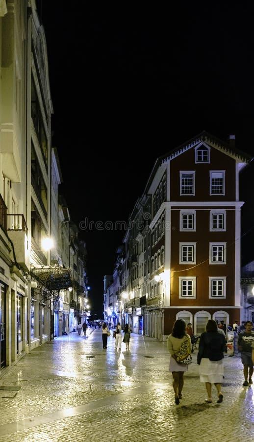 Coimbra, Portugal, 13 Augustus, 2018: Nachtmening van de belangrijkste het winkelen straat in het oude centrum van de stad met me royalty-vrije stock afbeeldingen