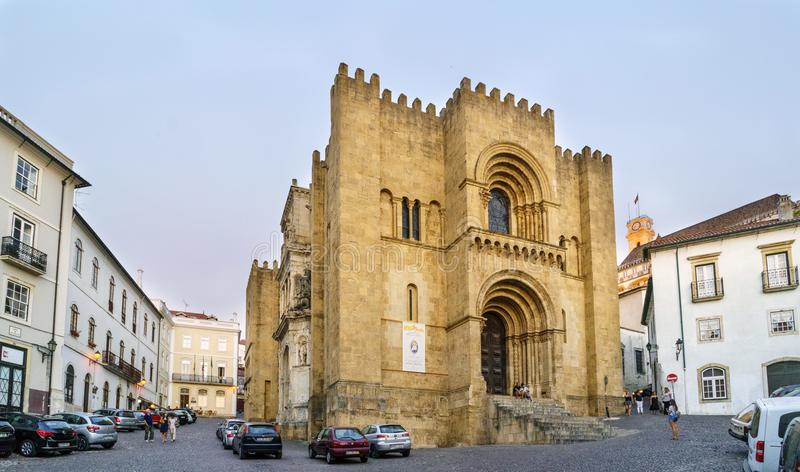 Coimbra, Portugal, 13 Augustus, 2018: Voorgevel van de oude kathedraal van Coimbra, de belangrijkste Romaanse bouw van stadsbui royalty-vrije stock afbeeldingen