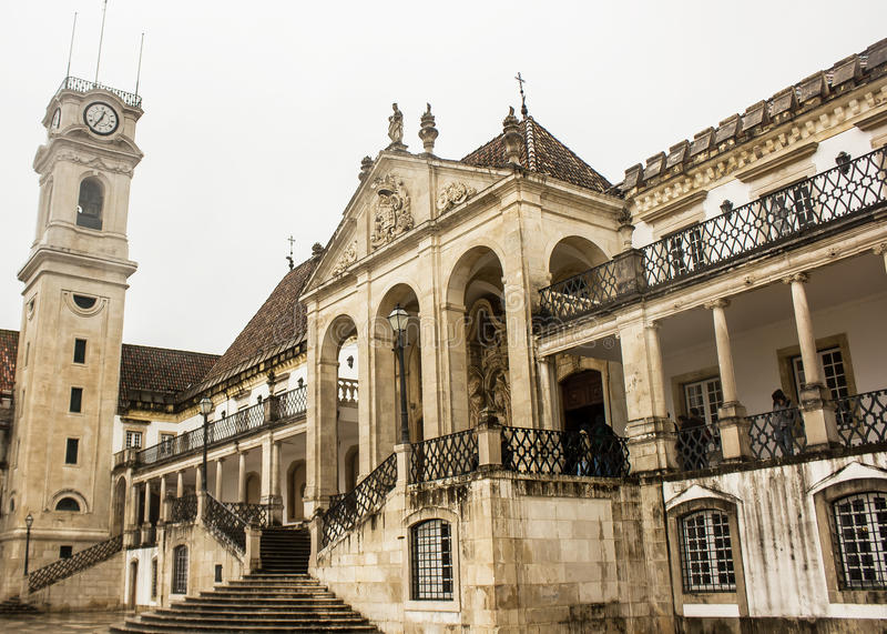 Coimbra, Portugal: de Toren van de Universiteit en de voorgevel van de Wetsschool stock foto