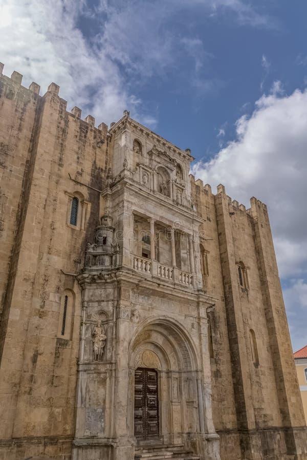 Coimbra/Portugal - 04 04 2019: Sikt av sidofasaden av den gotiska byggnaden av den Coimbra domkyrka-, Coimbra staden och himmel s royaltyfria bilder
