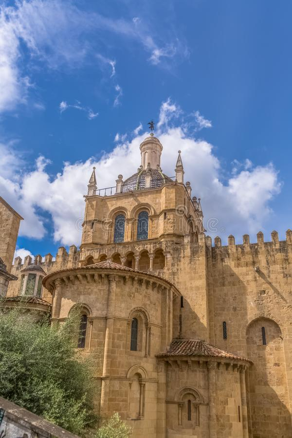 Coimbra/Portugal - 04 04 2019: Sikt av sidofasaden av den gotiska byggnaden av den Coimbra domkyrka-, Coimbra staden och himmel s arkivfoton