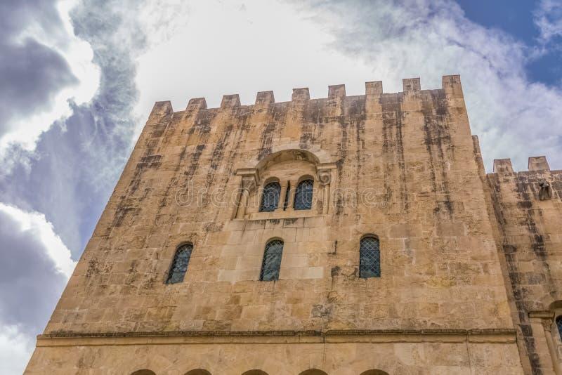 Coimbra/Portugal - 04 04 2019: Sikt av sidofasaden av den gotiska byggnaden av den Coimbra domkyrka-, Coimbra staden och himmel s royaltyfri fotografi