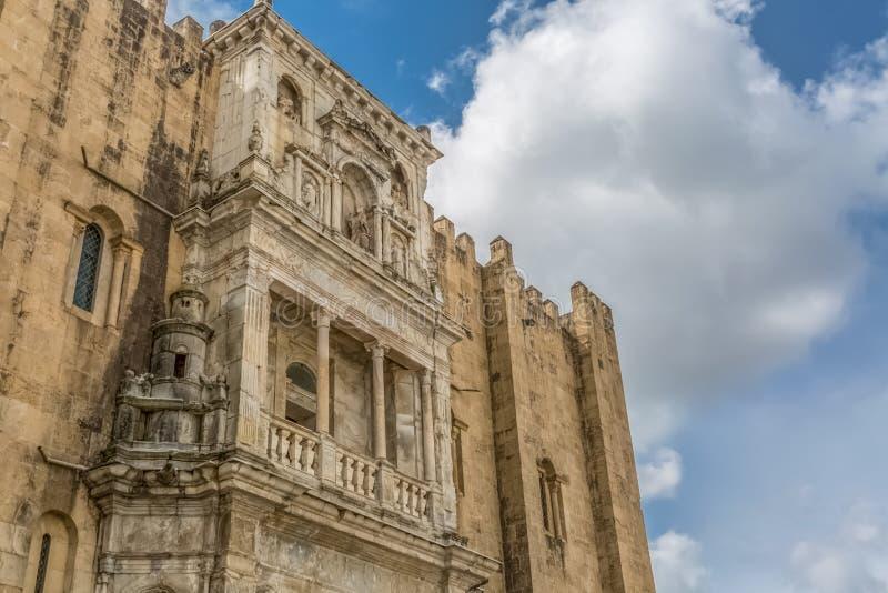 Coimbra, Portugalia/- 04 04 2019: Widok lateral fasada gothic budynek Coimbra katedra, Coimbra miasto i niebo, jak zdjęcia stock