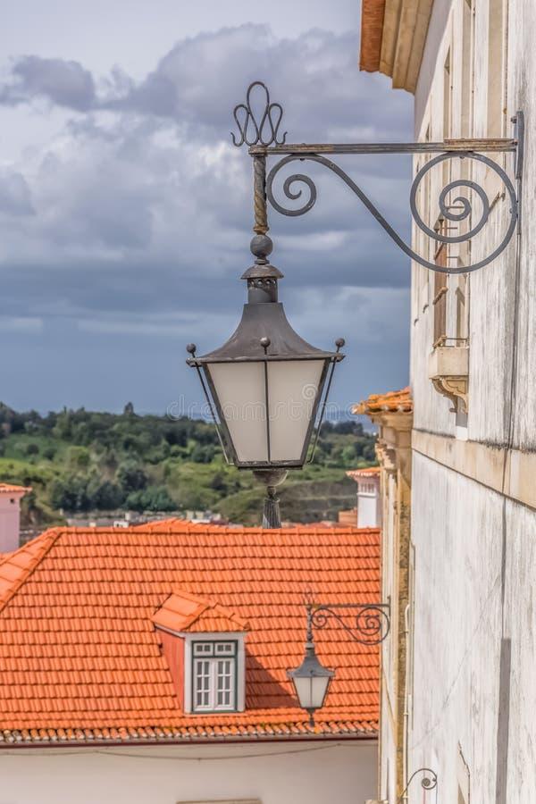 Coimbra, Portugalia/- 04 04 2019: Widok retro jawna latarnia uliczna w ulicie miasto Coimbra, Portugalia fotografia royalty free