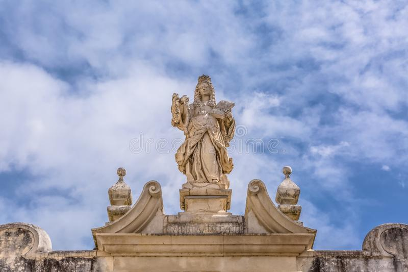 Coimbra, Portugalia/- 04 04 2019: Widok rzeźba w klasycznej łamającej pierzei, lokalizować nad bramą schody Minerva zdjęcia stock