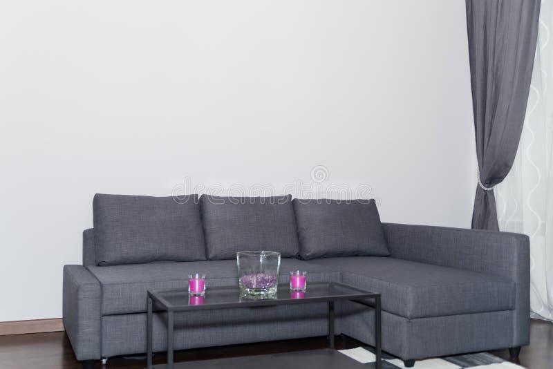 Coin confortable dans un salon ou un salon moderne avec le sofa photographie stock libre de droits