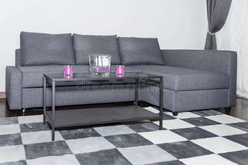 Coin confortable dans un salon ou un salon moderne avec le sofa image stock