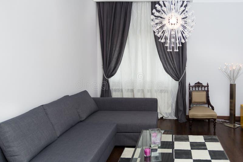 Coin confortable dans un salon ou un salon moderne avec le sofa images libres de droits