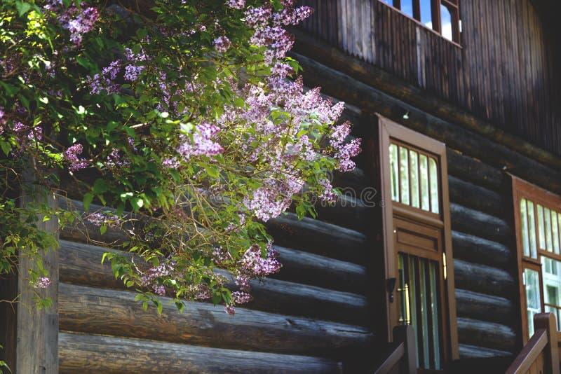Coin d'un bâtiment en bois avec un porche image stock