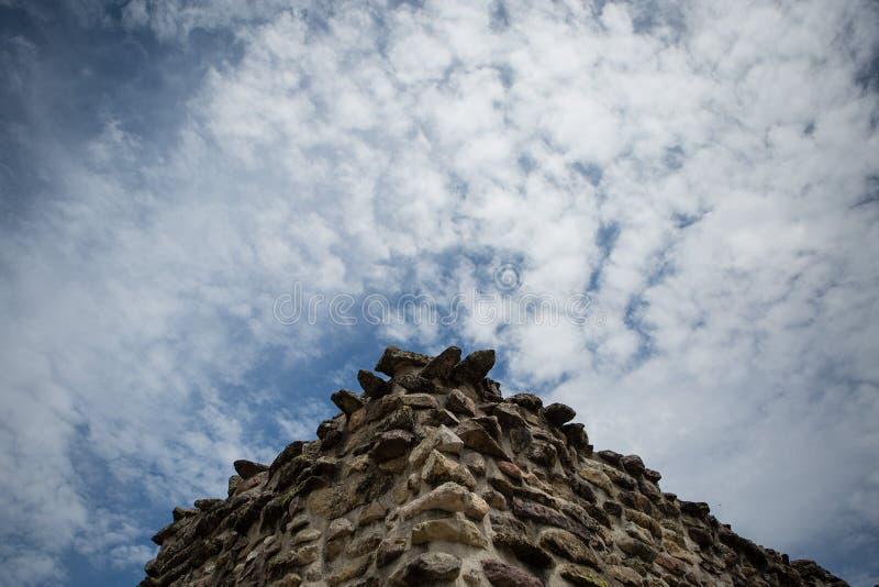 Coin d'un mur en pierre avec le fond de ciel photographie stock