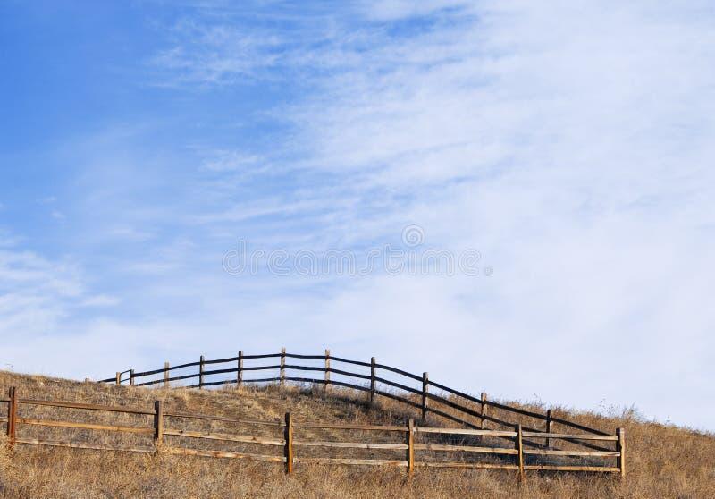 Coin d'un pâturage clôturé sur un sommet photographie stock