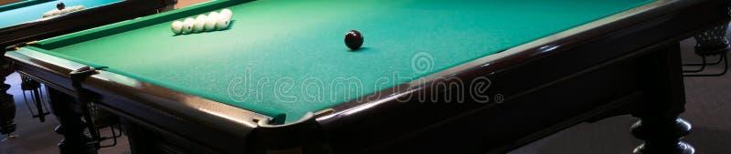 Coin d'une table de billard avec les boules blanches et noires là-dessus images libres de droits