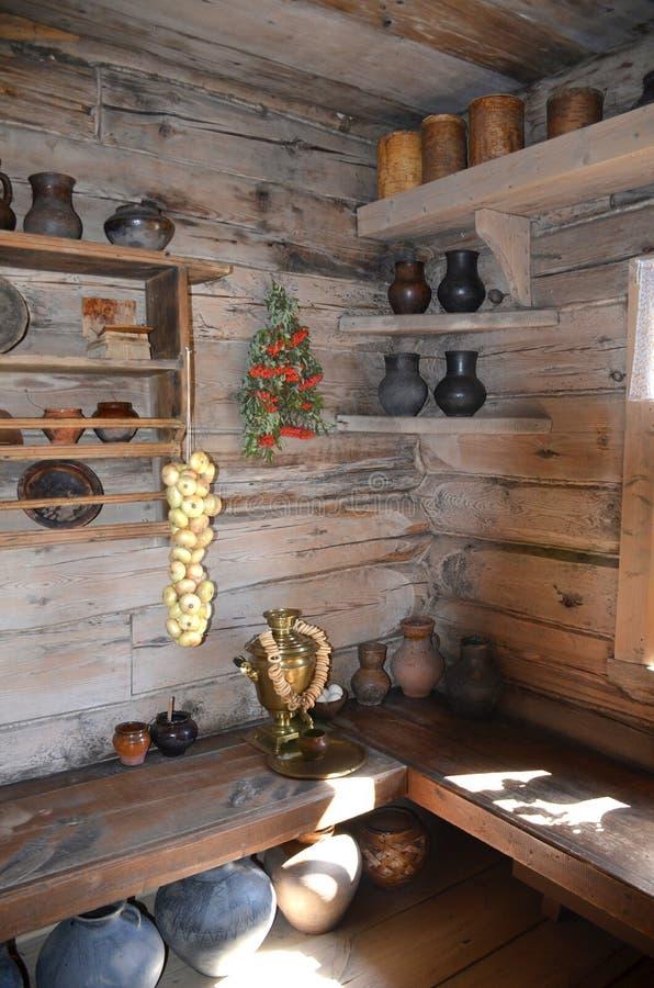 Coin dans une maison en bois avec des plats et des produits un jour ensoleillé photo libre de droits