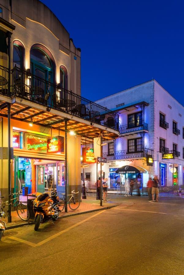 Coin de la rue dans le quartier français à la Nouvelle-Orléans la nuit photographie stock libre de droits
