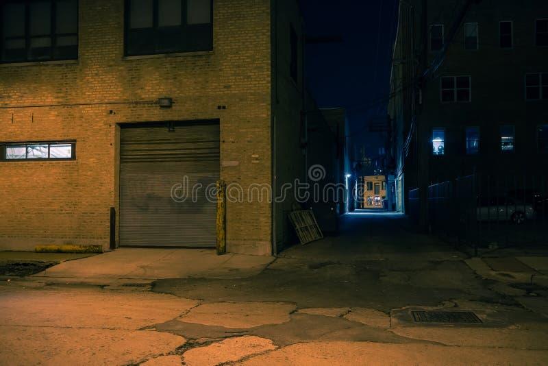Coin de la rue sombre et allée de ville la nuit images libres de droits