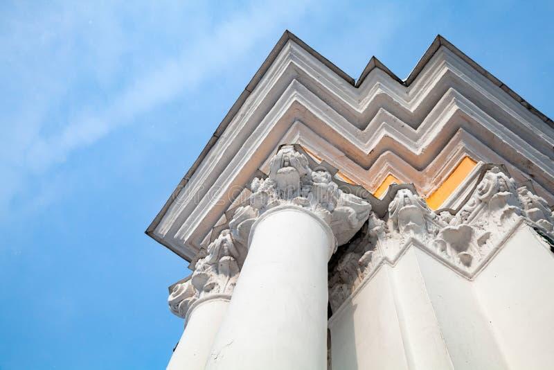 Coin de porte avec les colonnes blanches photo libre de droits