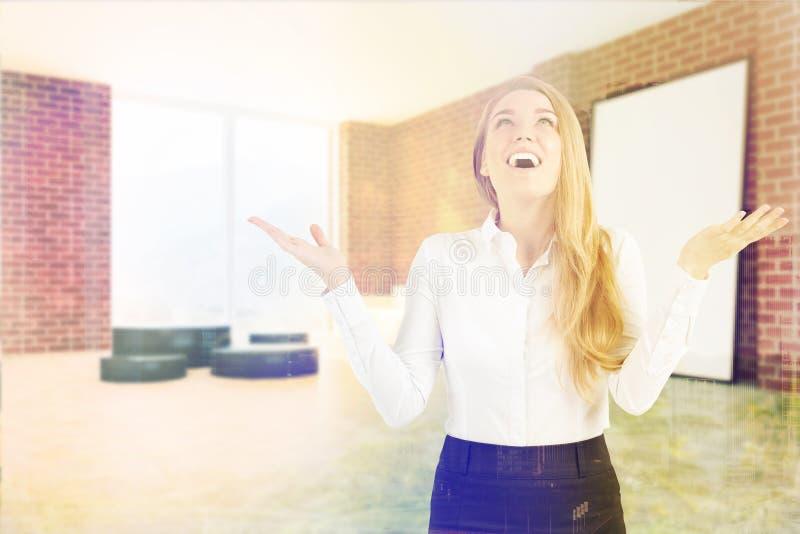 Coin de salon de brique, femme blonde heureuse illustration libre de droits