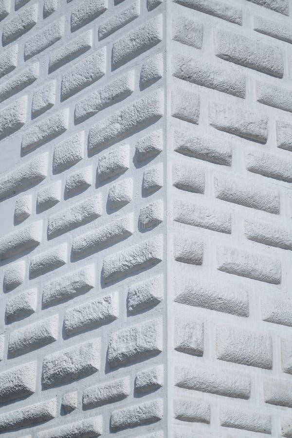 Coin du mur blanc décoré des briques photo libre de droits