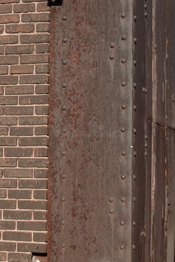 Coin en acier riveté avec la patine lourde de rouille, brique brune, l'espace de copie image stock